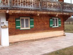 Erneuerung schadhafter Holzteile einer Blockwand
