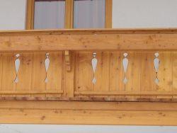 Balkon mit Zierbrettern