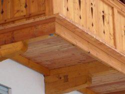 Balkon mit Zierbrettern Detail Stiche