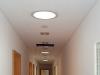 Spotlichter leiten Licht vom Dach in den Flur