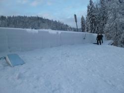 Dach einer Halle vom Schnee befreit